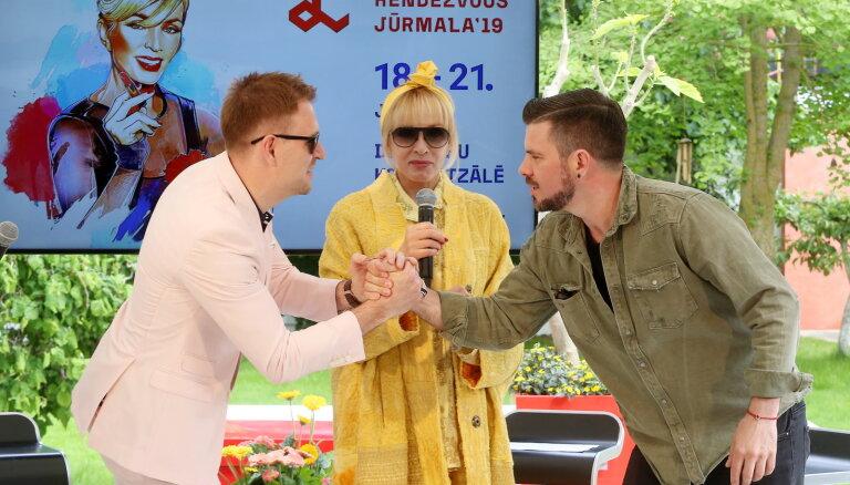 Foto: Vaikules Jūrmalas savrupnamā ciemojas mākslinieces draugi un prese