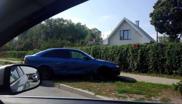 Foto: 'Mazda' un 'Mercedes' nesadala ceļu Imantā
