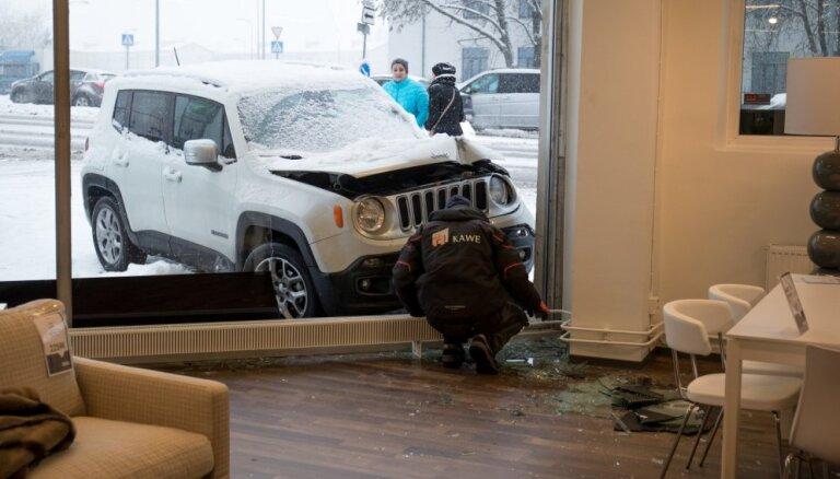 Foto: Tallinā džips iebrauc mēbeļu salonā