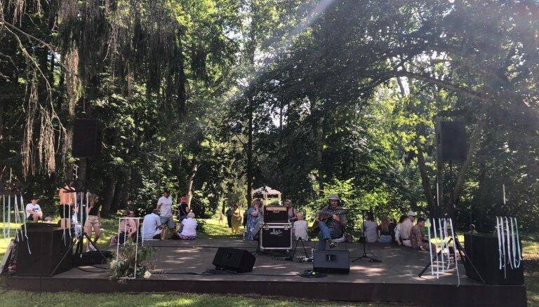 Foto: Mūzika, pikniks un māksla – Lūznavā norisinās ikgadējais 'Mākslas pikniks'