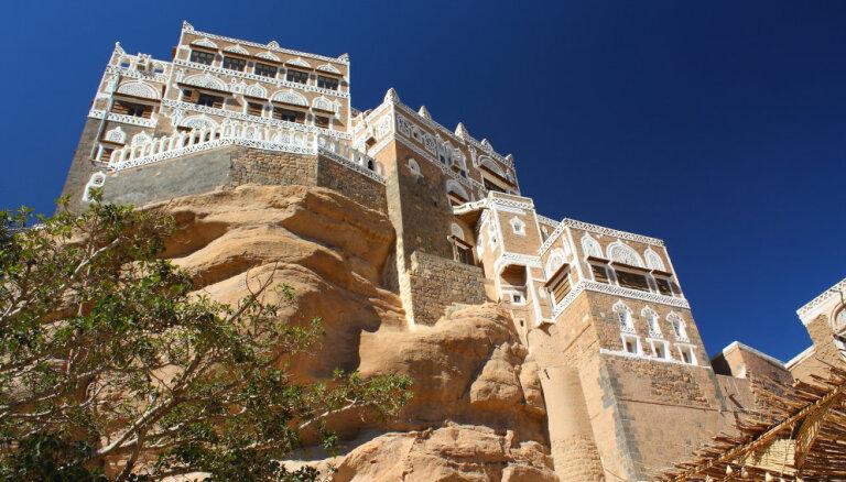Foto: Īpatna pils Jemenā, kas uztupusi uz klints