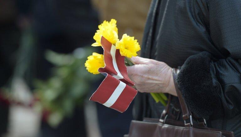 Latvijā ar atceres pasākumiem piemin 14. jūnija deportāciju upurus