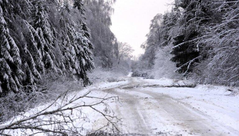 Sniegs vietām apgrūtina braukšanu pa valsts galvenajiem un reģionālajiem autoceļiem