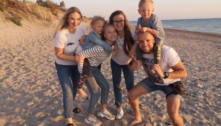 20 лет вместе. Как многодетная семья из Латвии начала снимать блоги о своей жизни