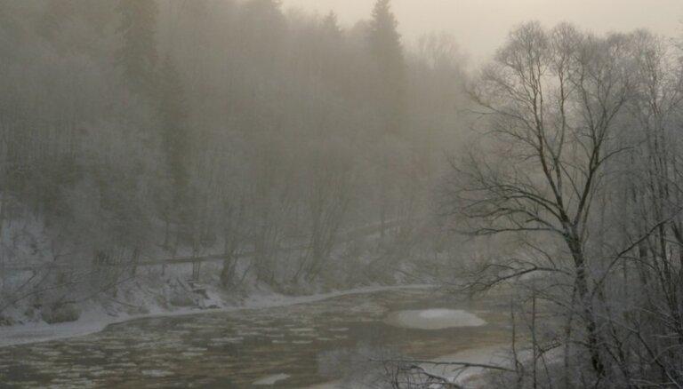 В Даугавпилсе в реку попали нефтепродукты; загрязнение локализовано
