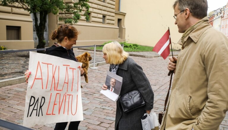 Video un foto: Pie Saeimas pulcējas daži Levita atbalstītāji