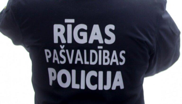 Video: Pašvaldības policisti iereibušam vadītājam liek braukt un tad uzreiz aptur