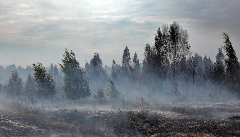Krustpils novadā ugunsdzēsēji kopš sestdienas vakara dzēš kūdras ugunsgrēku