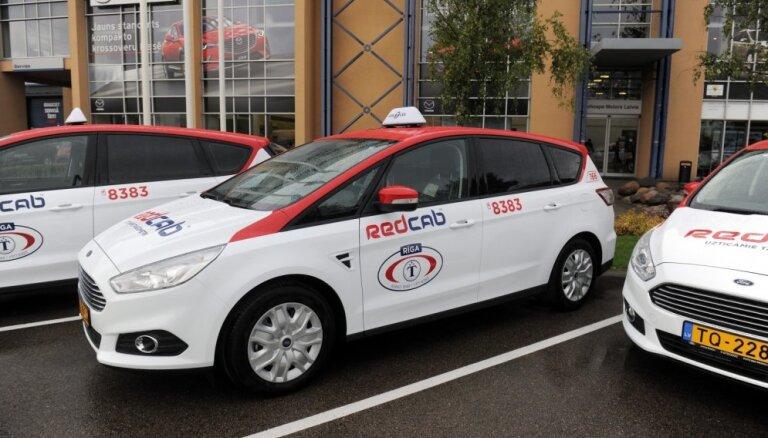 ФОТО: Rīgas Taksometru parks пересаживается в автомобили с новым оформлением