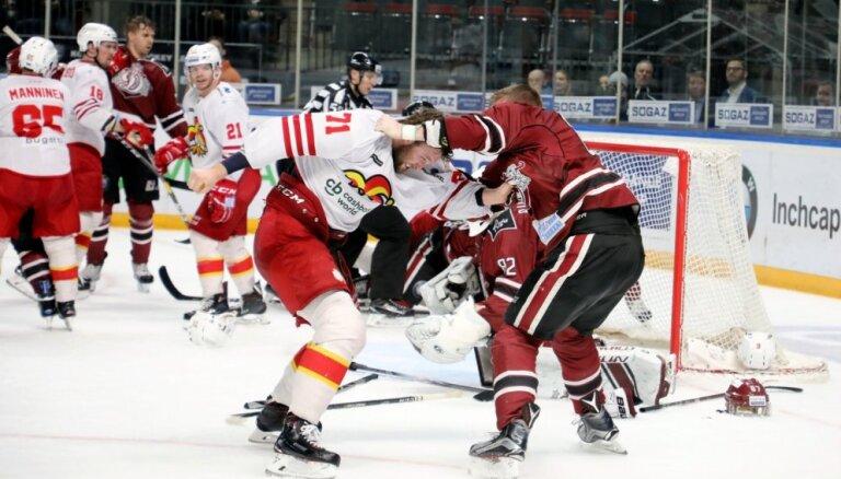 Video: Rīgas 'Dinamo' un 'Jokerit' sarīko 'klopi' pēdējā sekundē