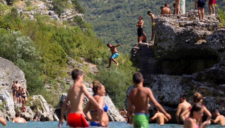 Balkānos svelme; krīt aprīļa karstuma rekordi