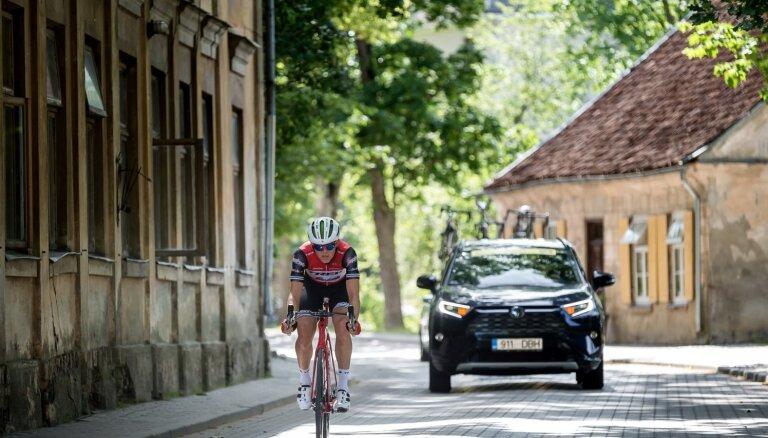 Foto: Vadošie riteņbraucēji Kuldīgas ieliņās sadala Latvijas čempionāta medaļas