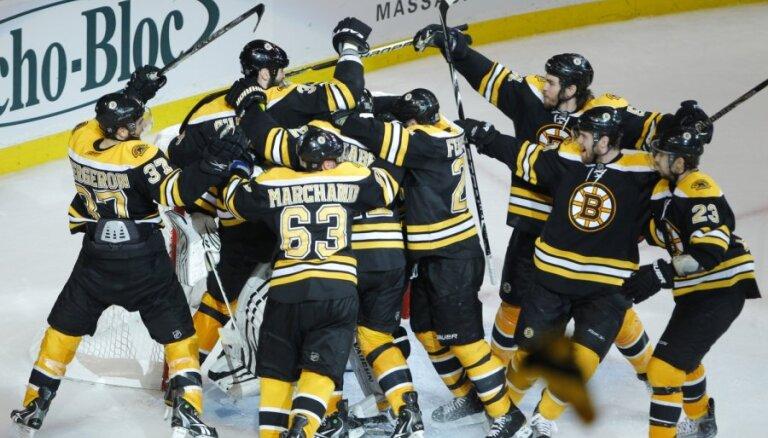 'Bruins' otrreiz pēc kārtas uzvar 'Canucks' un izlīdzina Stenlija kausa finālsērijas rezultātu