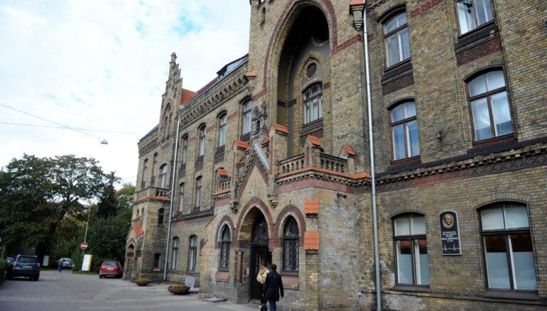 KNAB Rīgas 1. slimnīcā veicis kratīšanu; aizturētas trīs personas