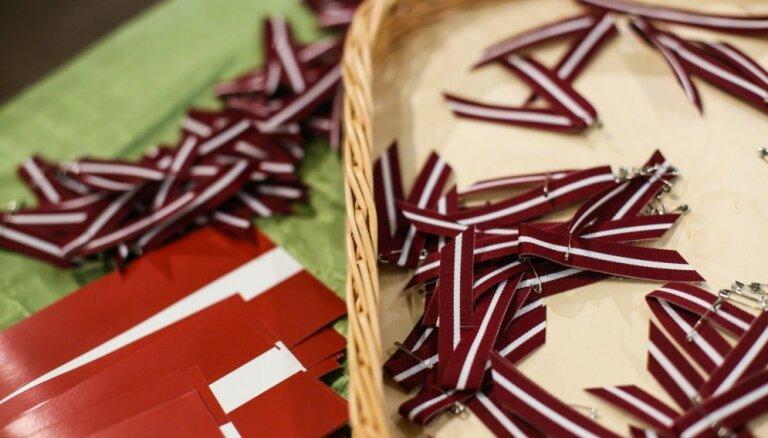 Латвия введет наказание за неуважительное отношение к сувернирным флажкам и красно-бело-красным ленточкам