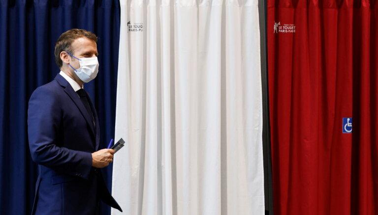Francijas reģionālajās vēlēšanās sakāvi cieš gan Lepēnas, gan Makrona partijas