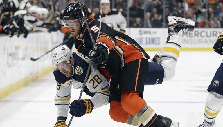 Bļugers un 'Penguins' sagādā 'Avalanche' pirmo zaudējumu; Girgensonam neveiksme, Merzļikins nespēlē