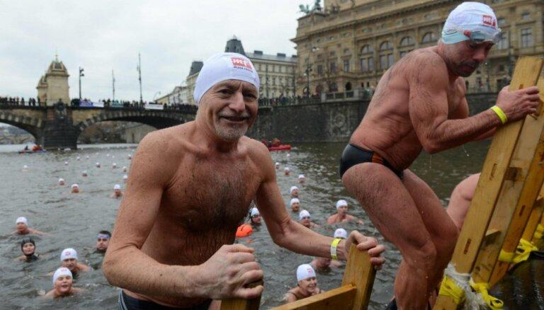 Foto: Sīksti čehi gremdējas Vltavas saltajos ūdeņos