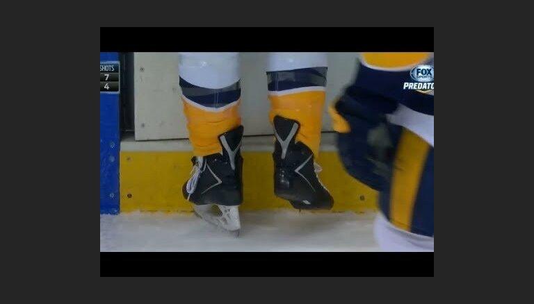 Video: Pelnrušķītes versija NHL - hokejists spēles laikā paliek bez slidas asmens