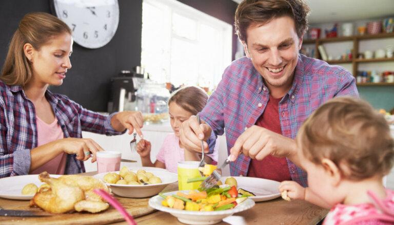Uztura speciāliste skaidro, kad mazuli var sēdināt pie lielā ģimenes galda