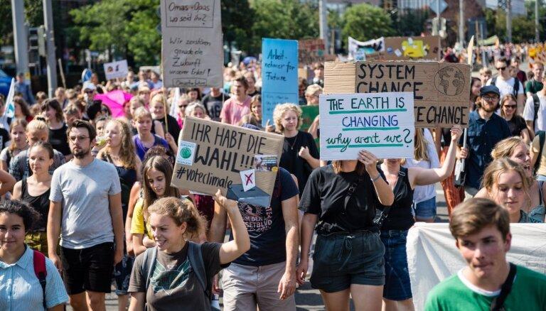 Piektdien visā pasaulē paredzēti klimata aktīvistu protesti