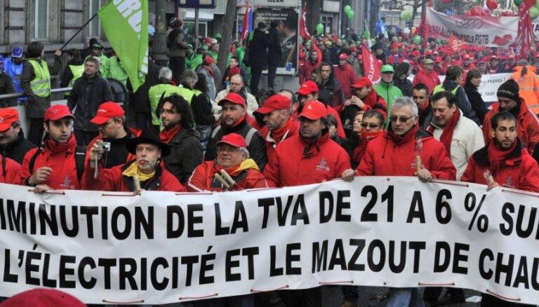 Briselē desmitiem tūkstoši cilvēku protestē pret taupības pasākumiem