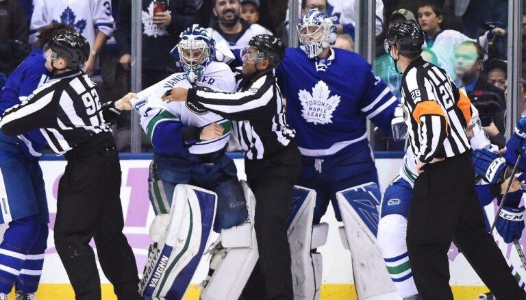 ВИДЕО: В матче НХЛ за драку удалили обоих вратарей, команды набрали 171 минуту штрафа