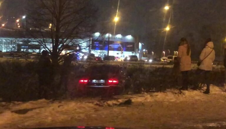 Otrdienas vakarā Kārļa Ulmaņa gatvē avarējis auto