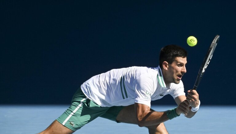 Džokovičam izbīlis 'Australian Open' otrajā kārtā; Vavrinka izstājas