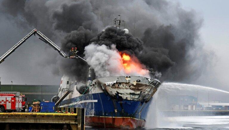 Foto: Krievu traleri Norvēģijā aprij liesmas
