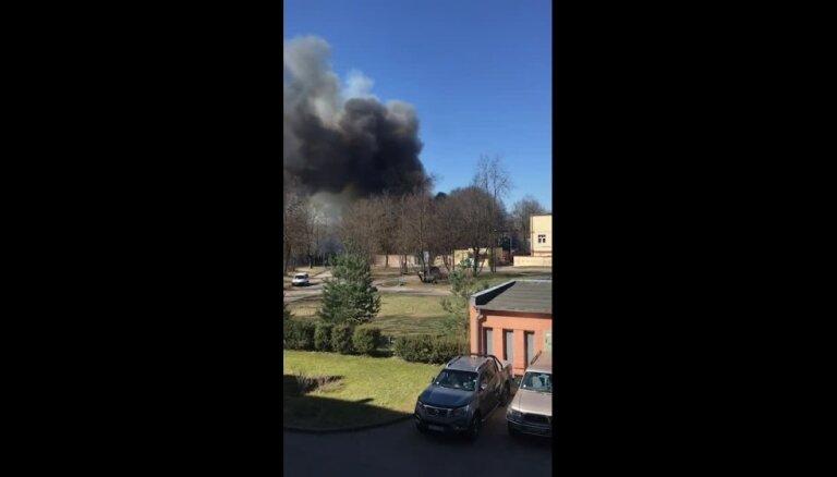 Ugunsdzēsējiem izdevies ierobežot liesmas ugunsgrēkā Šampētera ielā