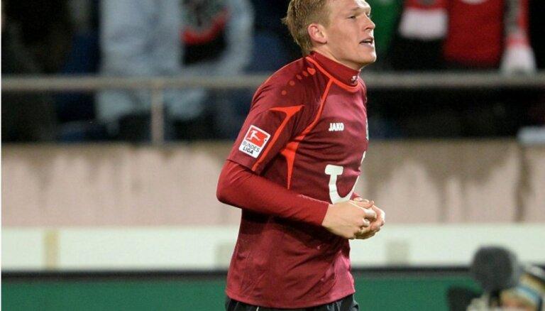 Rudņeva rezultatīva piespēle palīdz HSV cīnīties neizšķirti bundeslīgas spēlē