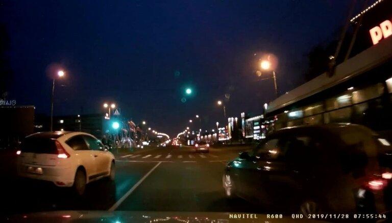Video: BMW vadītājs gandrīz izraisa sadursmi Ieriķu ielā