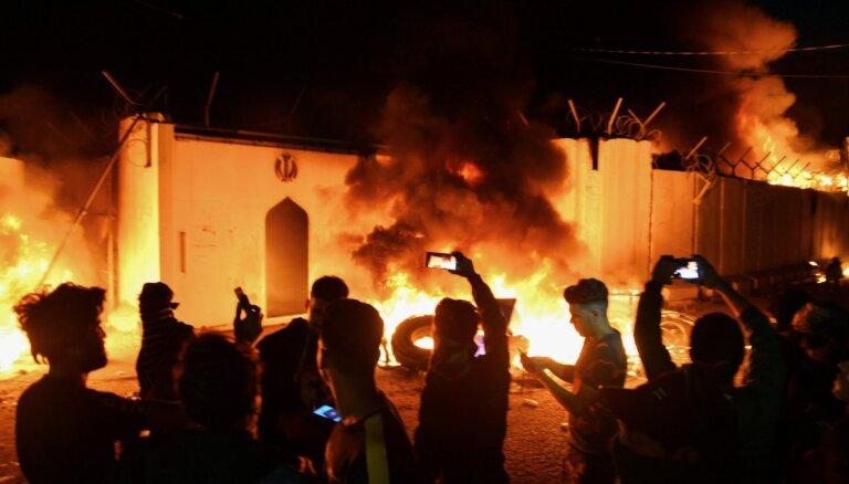 Protestētāji Irākā aizdedzina Irānas konsulātu