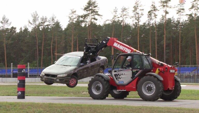 'Ātruma cilts': Nitišs, Baumanis un Odiņš sacenšas meistarībā pie autoiekrāvēja stūres