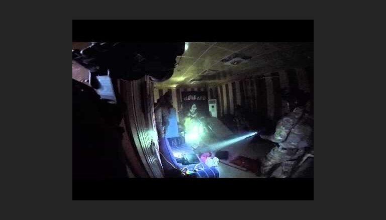 Publicēts video no 'Islāma valsts' cietuma ieņemšanas operācijas, kurā nogalināja amerikāņu karavīru