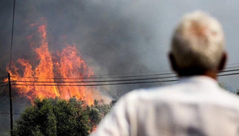 Portugāles savvaļas ugunsgrēki ielenc kūrortpilsētu Algarvē