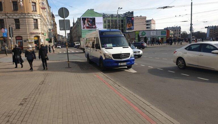 Aculiecinieka foto: Šoferis RMS minibusu atstāj pie krustojuma un aiziet