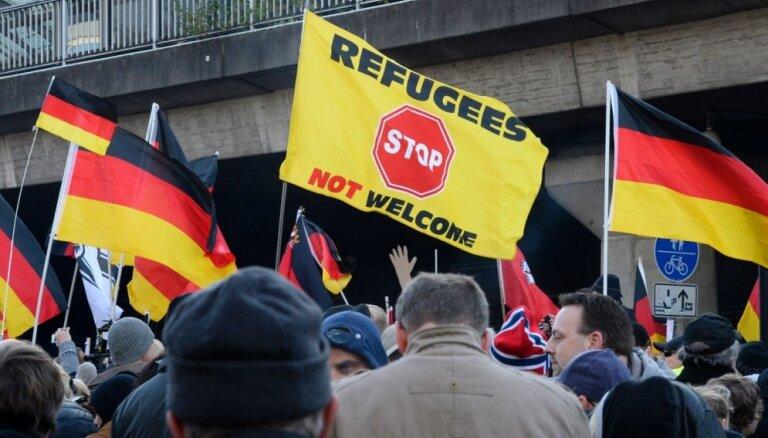 Vācijā 70 gadus vecs kungs sadur trīs bēgļus
