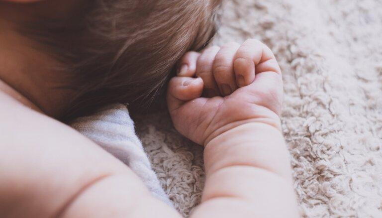 Mēs vairs neesam galvenie – stāsts par glābējsilītē atstāta mazuļa ienākšanu jaunā ģimenē