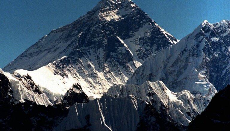 Ķīnas pētnieki uzkāpj Everesta virsotnē, lai pārmērītu tā augstumu