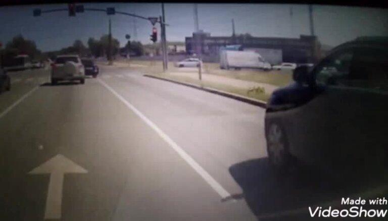 'BMW' vadītājs izceļās ar ļoti rupju un agresīvu uzvedību satiksmē