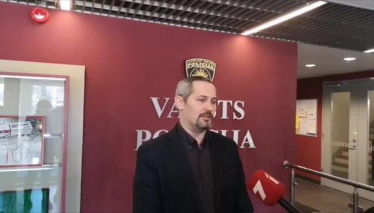 Policija: Priestera Zeiļas lietā upuri atrasti ar sludinājumiem sabiedriskās tualetēs