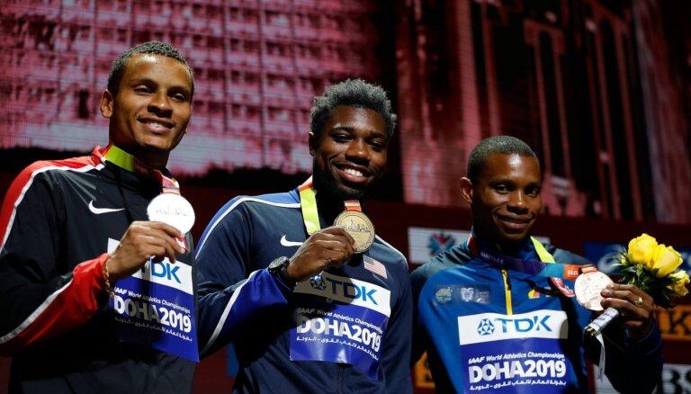 PČ bronzas medaļnieks 200 metru sprintā Kvinjoness diskvalificēts pirms Tokijas OS