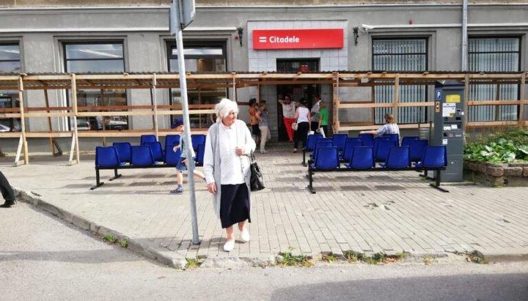 ФОТО: в Даугавпилсе стоящим в очереди клиентам PNB banka поставили стулья и раздают воду