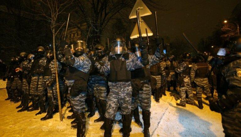 Ukrainas milicija novākusi praktiski visas protestētāju barikādes Kijevas centrā