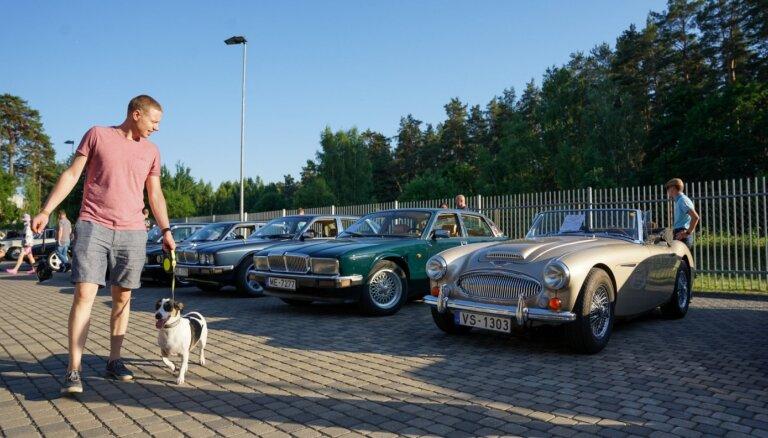 ФОТО: у Рижского мотормузея прошел вечер классических британских автомобилей