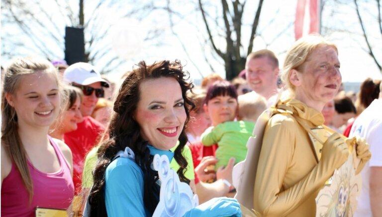 Foto: Lieli un mazi Rīgas ielās izbauda 'Lattelecom' Rīgas maratonu