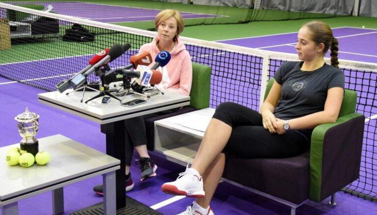 Ostapenko par treneri nolīgst daudzas tenisa slavenības trenējušo austrālieti Teiloru