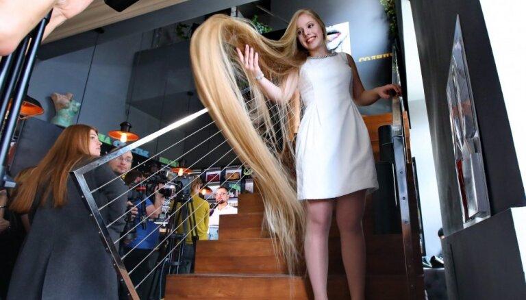 Kijevas Salātlapiņa: pasauli pārsteidz pusaudze ar garākajiem matiem Ukrainā